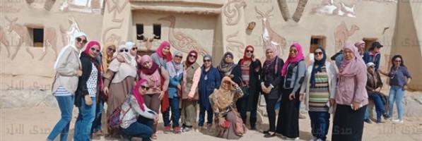 «متحف بدر».. فنان جسد تراث أهل الفرافرة من الطين والرمال.. صور (فيتشر)