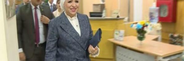 فيديو.. قرينة السيسي تمنح عالم مصريات هدية لا تمنح إلا للرؤساء